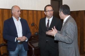 Un momento previo a la presentación. De izquierda a derecha: Carlos García-Suárez Otero, Director General de la Fundación Laxeiro; Anxo Lorenzo, Secretario Xeral de Cultura y Javier Pérez Buján, Director Artístico de la Fundación Laxeiro.