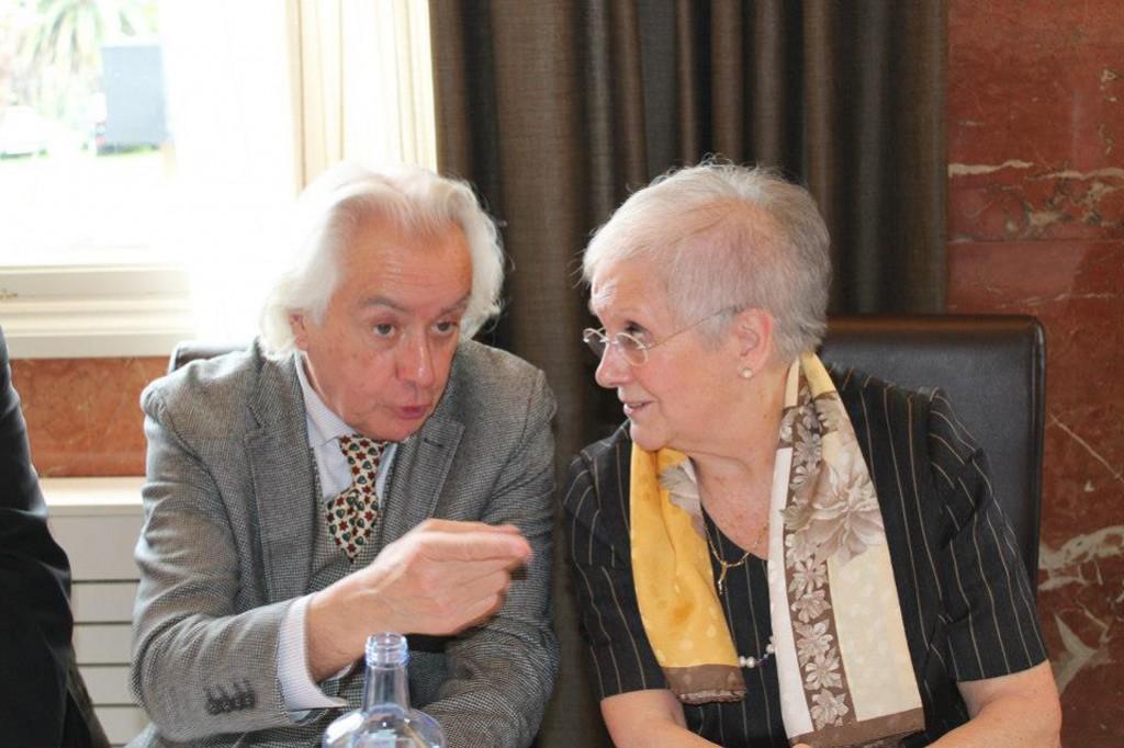 Jorge Castillo charlando con Mari Cruz Otero, filla de Laxeiro e Vicepresidenta da Fundación