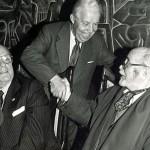En 1991, ano no que recibe o premio Galego do ano, do Grupo Correo Gallego. Na imaxe, con Manuel Fraga (naquel tempo presidente da Xunta de Galicia) e o editor Feliciano Barrera