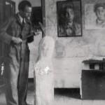 """En el """"Hospitalillo"""" su estudio de Lalín en los años treinta. En la pared: """"Mi cuñado Darío"""" de 1938, hoy depositado en el Museo Quiñones de León, como parte del legado que el artista donó a la ciudad de Vigo"""