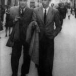 Paseando por Vigo en los años cuarenta, con su amigo el poeta Celso Emilio Ferreiro, a quien conoció en la Guerra Civil.