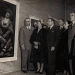 """Inauguración de la exposición titulada """"Artistas gallegos"""" en la galería Velázquez de Buenos Aires, en 1952, delante de una de sus obras, la titulada """"La dama del Abanico"""" que el artista donaría al Museo Nacional de Bellas Artes de Buenos Aires (MNBA)"""