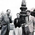 Laxeiro con su amiga, la pintora Mercedes Ruibal y el hermano de esta, en Buenos Aires, en los años sesenta.