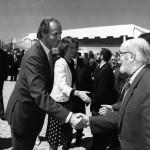 Saludando a los Reyes de España en la inauguración de la Fundación Camilo José Cela, en 1991