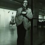 """En 1970, en la retrospectiva que le dedicó la Art Gallery de Buenos Aires. Al fondo se puede ver la obra """"Un señor"""", de 1970, actualmente propiedad del Museo de Arte moderno de Buenos Aires (MAMBA)"""