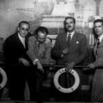 En una atracción de feria, Ca. 1950. Laxeiro, segundo por la izquierda, Carlos Maside, primero por la derecha
