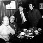 En Madrid, en el café Gijón, con Eulalia de Prada. De pie, a la derecha, el poeta Carlos Oroza