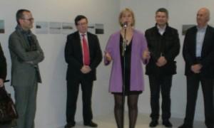 a artista falando sobre a exposición