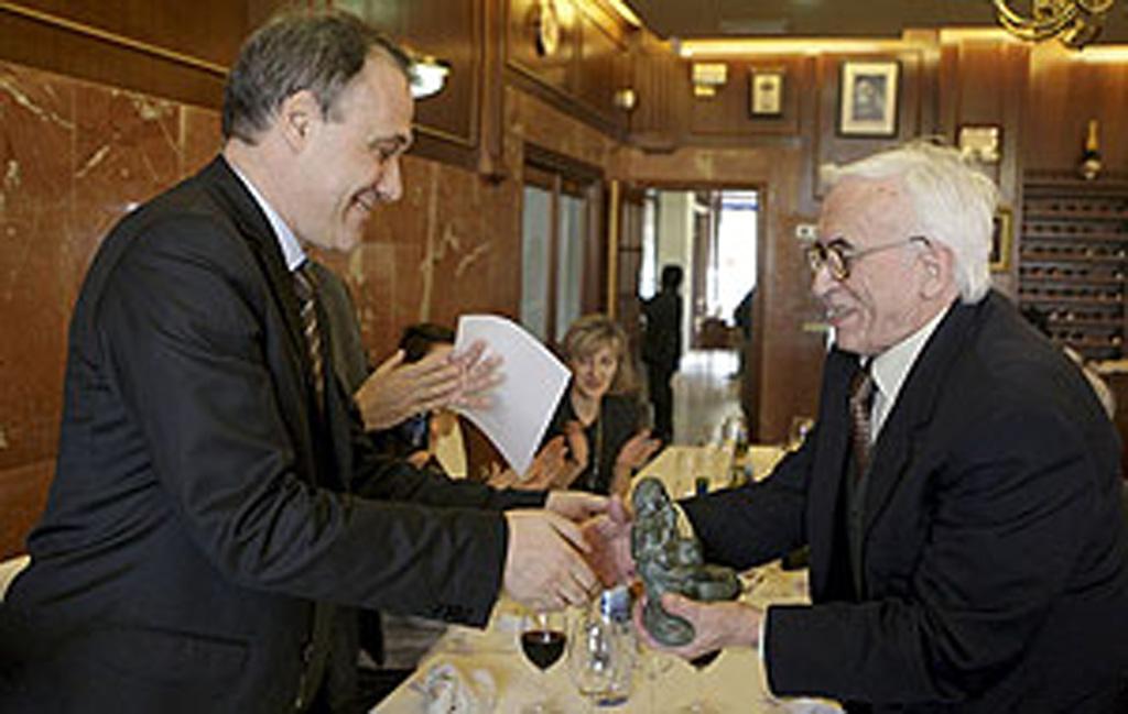 Recibiendo el Premio Laxeiro 2010 de la mano del, entonces Conselleiro de Cultura, Roberto Varela Fariña